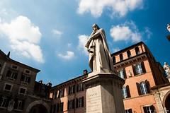 Dante sur la Place des Seigneurs à Vérone (uluqui) Tags: fuji fujifilm xtrans italie italy polarizing polarizingfilter verona vérone placedesseigneurs piazzadeisignori dante