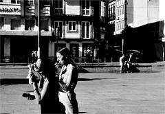 000614 (la_imagen) Tags: sw bw blackandwhite siyahbeyaz monochrome street streetandsituation sokak streetlife streetphotography strasenfotografieistkeinverbrechen menschen people insan portugal porto icecream portugalds2018