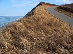 Excelsior (Robert Saucier) Tags: capecod provincetown falaises cliffs herbes mer sea océan ocean atlantique atlantic rouge road 1161651 ciel sky bleu blue samuelfergusson julesverne cinqsemainesenballon massachusetts