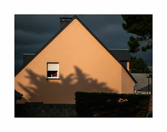 Sunset in suburb (hélène chantemerle) Tags: maison toit fenêtre ombre soir soleil couchant arbres mur ciel nuages banlieue house roof window evening trees shadow wall sunset sky clouds light orange