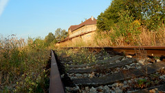 Altes Gleis mit Bahnhof (kabtor) Tags: zbiroh bahhof trainstation aussenlampe tschechie gleise schienen stillgelegt