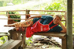 food vendor taking a break (the foreign photographer - ฝรั่งถ่) Tags: woman food vendor lying down khlong thanon portraits bangkhen bangkok canon