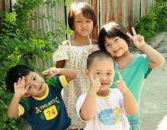 children semding you peace (the foreign photographer - ฝรั่งถ่) Tags: four children peace sign street khlong thanon portraits bangkhen bangkok thailand canon