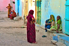 India- Gujarat- Dasada (venturidonatella) Tags: india asia gujarat dasada colori colors persone people gentes street strada streetscene streetlife donne women nikon nikond300 d300 chatting chiacchere comari emozioni emotion bestportraitsaoi