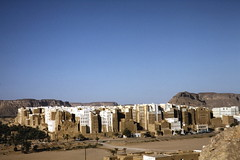 Shibam - from the mountain's edge (motohakone) Tags: jemen yemen arabia arabien dia slide digitalisiert digitized 1992 westasien westernasia ٱلْيَمَن alyaman kodachrome paperframe