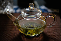 Frühstückstee (mkniebes) Tags: tea greentea teapot glass reflection bokeh bokehlicious livingroom interior brewing gongfustyle polarised fujinonxf502