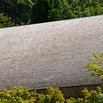 "Finishing the roof is ""Wood shingles"", Very small pitch works. 屋根は柿葺き(サワラ材)。軒天井はサワラ材です。"