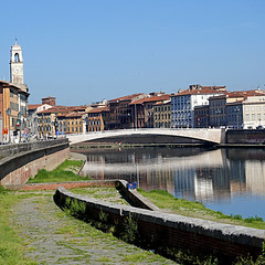 L' Arno a Pisa, Toscana, Italia (pom'.) Tags: panasonicdmctz101 april 2018 lungarno lungarnogalileogalilei pisa bridge river arno toscana tuscany italia italy europeanunion 100 200 300