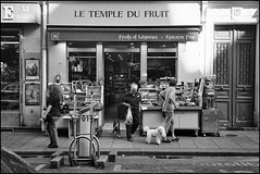 Fruits et légumes (madras91) Tags: nb noiretblanc blackandwhite bw film ilford hp5 rollei rolleixf35 sonnar40mmf23 sonnar street streetphotography paris