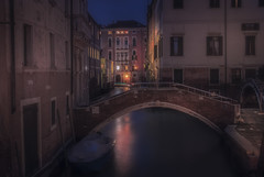 Venetian paths 107(ponte del fontego 1 Dorsoduro) (Maurizio Fecchio) Tags: venice venezia italy italia nightcity nikon city cityscape architecture travel nopeople water bridge boats longexposure tranquility