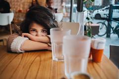 Enojada (Adolfo Rozenfeld) Tags: portrait kid café hija dof sovietlens environmentalportrait luznatural buenosaires manuallens retrato vintagelens naturallight daughter jupiter12 child bar