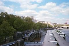 London 3 (Lennart Arendes) Tags: canonae1 analog 35mm kodak portra london hungerfordbridge victoriaembankmentgardens bridge buildings park thames boat architecture