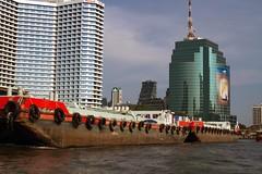 tra passato e futuro (mat56.) Tags: paesaggi paesaggio landscapes landscape città city barca boat palazzi palaces fiume river bangkok thailandia thailand asia antonio romei mat56