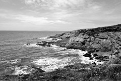 Fin du Vieux Monde (D[m]c) Tags: rocks littoral mer atlantique bretagne noiretblanc bw blackandwhite finistère landscape