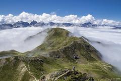 Solo en la inmensidad (Jabi Artaraz) Tags: pirineos aspe bisaurin llena de la garganta del bozo astún candanchú montaña montañero inmensidad soledad niebla verde azul blanco picos nature