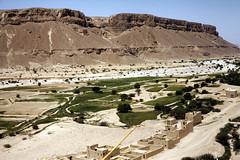 View from the cistern into the Wadi al-Ain 1 (motohakone) Tags: jemen yemen arabia arabien dia slide digitalisiert digitized 1992 westasien westernasia ٱلْيَمَن alyaman kodachrome paperframe