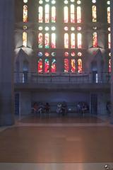 La luz que nos ilumina. (elojeador) Tags: templo obra iglesia temploexpiatorio lasagradafamilia safa gaudí antonigaudí ventanal vidriera reja pasillo banco hombre mujer columna azulejo ynossalva elojeador