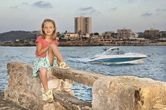 Carlota (@edu.valero (Instagram)) Tags: carlota niña baby babe girl guapa pretty rubia blonde javea alicante retrato portrait playa mar sea beach skyline barco boat ojosazules ojos azules blueeyes blue eyes falda skirt
