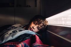 La mirada del hijo. (Adolfo Rozenfeld) Tags: naturallight portrait child niño konicahexanonar40f18 vintagelens manuallens retrato son luznatural hijo habitación boy bedroom