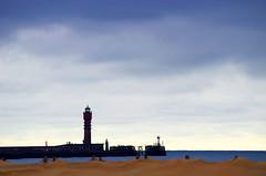 Plantés (Atreides59) Tags: mer sea water eau france nord dunkerque ciel sky nuages clouds port harbor bleu blue rouge red sable sand pentax k30 k 30 pentaxart atreides atreides59 cedriclafrance jaune yellow phare lighthouse