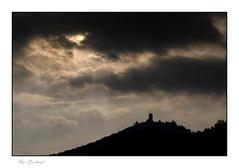 Le soleil voilé du Haut-Kœnigsbourg (Rémi Marchand) Tags: hautkœnigsbourg châteauduhautkœnigsbourg orschwiller basrhin ombreschinoises château silhouette contrejour ciel nuages alsace canon7d