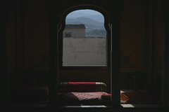 Le Lit Rouge & la Montagne (Gwen Fran) Tags: asia asie inde india rajasthan udaipur citypalace palace palais architecture maharadjah chambre bedroom lit bed red rouge