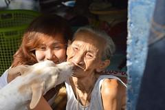 a kiss for grandma (the foreign photographer - ฝรั่งถ่) Tags: dog kissing grandma granddaughter khlong thanon portraits bangkhen bangkok thailand nikon d3200