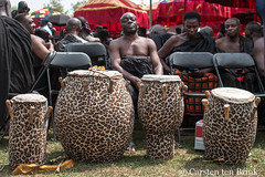 At the Queen Mother's funeral - the drummer waits (10b travelling / Carsten ten Brink) Tags: 10btravelling 2017 africa african afrika afrique asante asantehemaa asantehene ashanti carstentenbrink ghana ghanaian goldcoast iptcbasic kumasi manhyia nanaafiakobiserwaaampemii ohemaa otumfuooseitutuii places westafrica burial ceremony drum drummer funeral layinginstate musician palace queenmother rites statefuneral tamtam tenbrink traditional