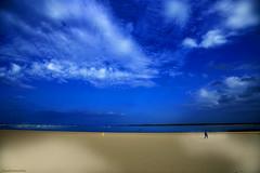 Olor a final de verano - Smell at the end of summer (ricardocarmonafdez) Tags: sanlúcardebarrameda cádiz andalucía playa beach cielo sky nubes clouds azul blue arena sand orilla shore shoreline seascape sunlight shadows lights mar sea nikon d850 24120f4gvr