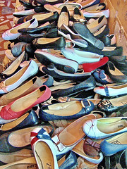 SALE... single pieces at half price (gerard eder) Tags: europa reise world travel viajes europe turkey turquia türkei istanbul estambul street streetlife streetart streetmarket market shoes sale schuhe zapatos outdoor oldcity urban urbanlife urbanview