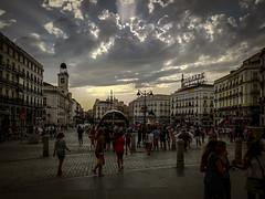 Afosi pomeriggi madrileni - Puerta del Sol (Andreas Laimer) Tags: madrid spagna street tramonto luce colori contrasto piazza persone palazzi smartphone