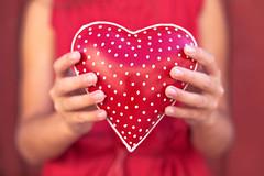 Gracias! (Nathalie Le Bris) Tags: hand mano main rojo red rouge corazón heart coeur bokeh
