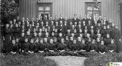 tm_5430 (Tidaholms Museum) Tags: svartvit positiv gruppfoto människor konfirmation prost 1909 1900talet