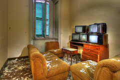 Quand on n'a que cinq chaines... (urban requiem) Tags: tv 5 television urbex urban exploration abandonné abandoned abbandonato lost old decay derelict hdr 600d 816 sigma italie italy italia hotel paragon hotelparagon