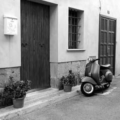 Vespa (mike828 - Miguel Duran) Tags: moto scooter vespa motorbike ciudad city calle street alcudia mallorca blanco y negro bw bn sony rx100 mk4 m4 iv