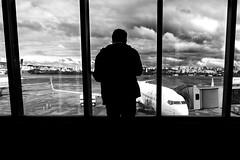 Will rain (Luiz Contreira) Tags: portoalegre poa riograndedosul rain aeroporto airport airplane boeing 737 737800 aviões avião silhouettes silhuetas oldmen men brazil brasil southamerica américadosul blackwhite bw brazilianphotographer fotógrafosbrasileiros contreira sony sonya6000 sky