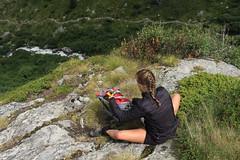 petite pause pour ne pas redescendre trop vite (bulbocode909) Tags: valais suisse valdentremont vallondevalsorey pauses montagnes nature rochers végétations rouge vert sentiers sacs