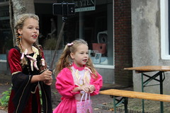 The Sweet Sisters (Davydutchy) Tags: langwar langweer fryslân friesland frisia frise langwardermerke merke village feast festival fest dorpsfeest parade optocht umzug child children kind kinderen kids girl girls sisters vlog vlogger camera youtube channel red dress september 2018