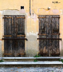 Twin closed Doors (Anderama1) Tags: wood due comevedoio ognimomentoèquellobuono iphonex apple colorphoto street legno porte closed doors twin