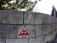 PA 0265 réactivé / Space Invader (août 2018) (Archi & Philou) Tags: streetart pixelart spaceinvader mosaïque mosaic carreau tiles réactivation reactivated sticker autocollant paris16 rouge red