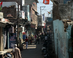 agra side street (kexi) Tags: agra india asia uttarpradesh street sidestreet chaos life canon february 2017 people