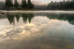 Spiegelung und Dunst auf dem Caumasee, Graubünden, Schweiz