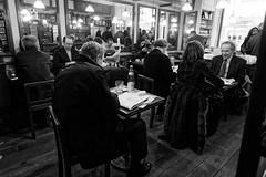Chez Verlet à midi (Paolo Pizzimenti) Tags: homme visage portrait lunettes serpico verlet café gens paolo olympus e5 zuiko 50200mm 1122mm f28 film pellicule argentique doisneau