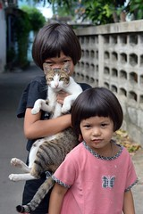 sisters with their cat (the foreign photographer - ฝรั่งถ่) Tags: two sisters children cat khlong thanon portraits bangkhen bangkok thailand nikon d3200