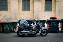 (Roberto Spagnoli) Tags: moto motorcycle fotografiadistrada streetphotography color fujix100t dumpster garbage windows italy biker
