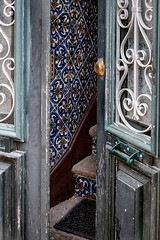 Indiscrétion (Faro) (micabeille) Tags: algarve azulejos faro porte portugal rue voyages