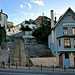 Quartier de la Mouzaïa - Une maison bleue et des escaliers visibles Boulevard Sérurier