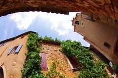 24 - Luberon - Roussillon, le village de l'Ocre, le beffroi et la treille (paspog) Tags: ocre village dorf roussillon luberon provence france august août 2018