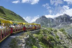 Artouste (pepas1) Tags: tren lago travesía agua verano cielo pirineos franceses azul verde rojo amarillo nieve montañas despejado gente ocio