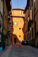 Golden hour on a golden house (Daisuke Ido) Tags: bologna edificio building casa house finestre windows goldenhour sole sun luce light